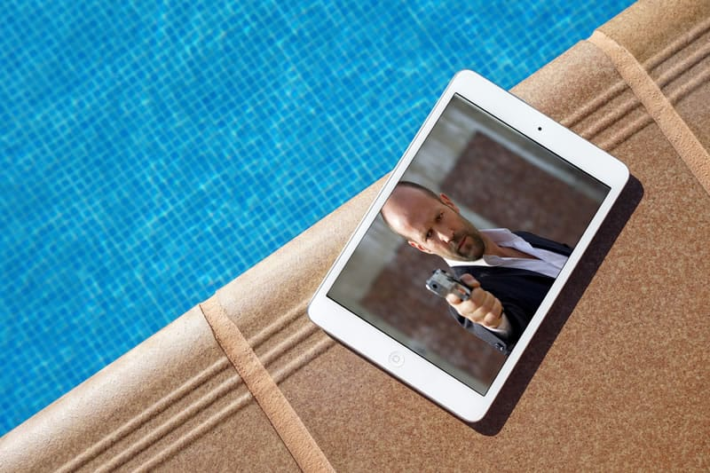 Tablett am Pool: Fernsehen auch im Ausland möglich