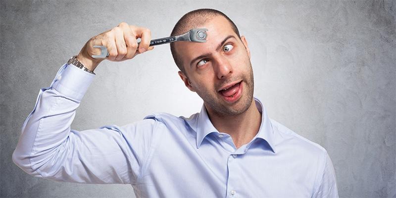 Mann mit spezial Gabelschlüssel