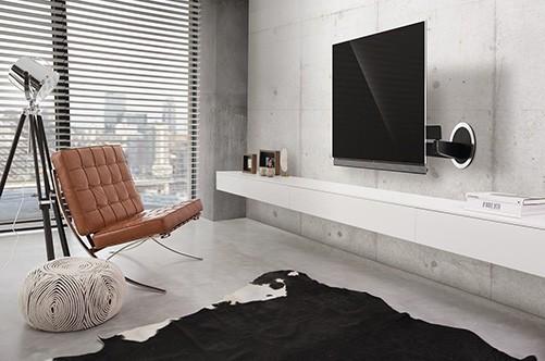 Fernseher ist mit Halterung an der Wand befestigt