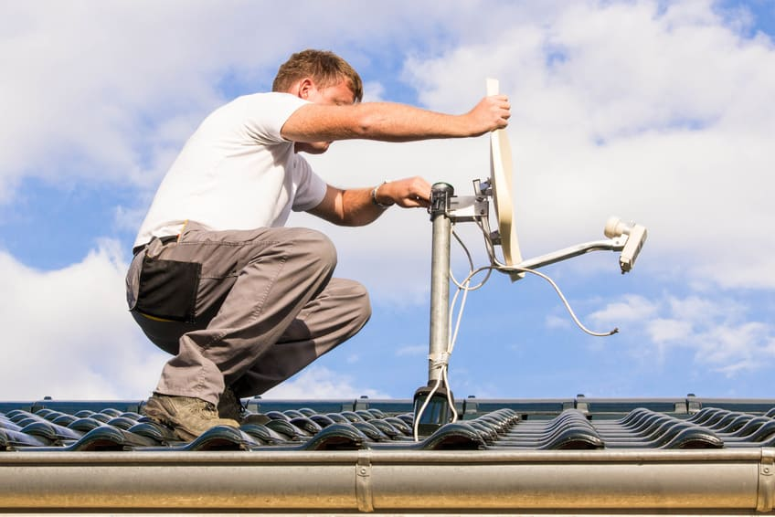 Satellitenschüssel auf dem Dach montieren