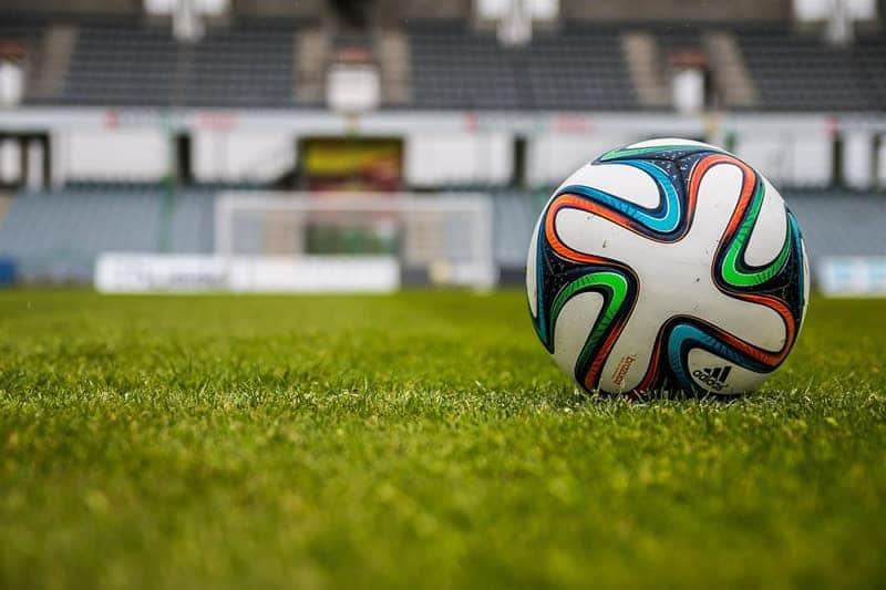 Fußball auf einem grünen Spielfeld