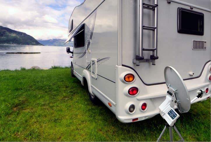 Camper vor einem See