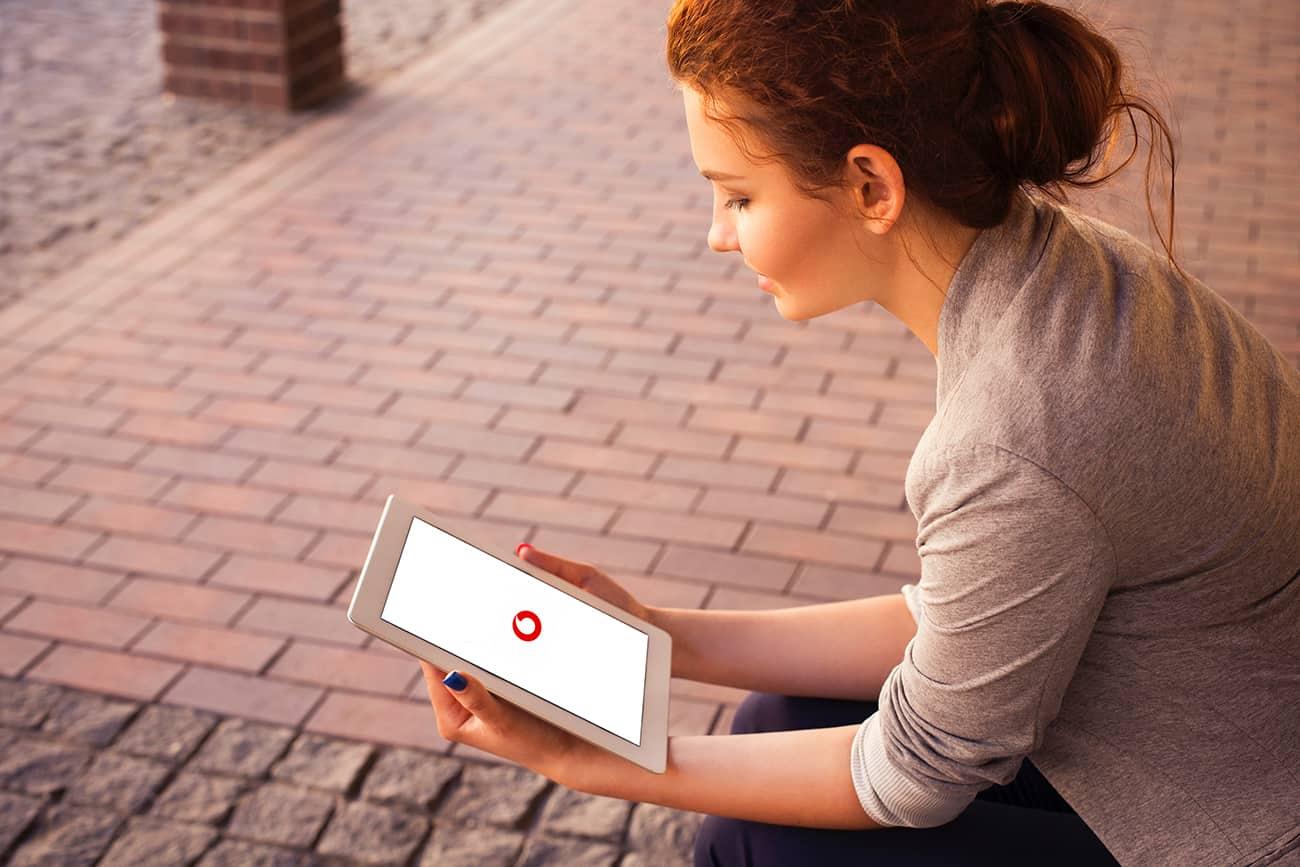 Frau mit Tablet: GigaTV auf Tablet