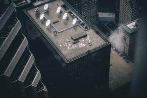 Sat Schüssel auf dem Hochhausdach