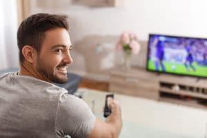 Mann schaut Fussball