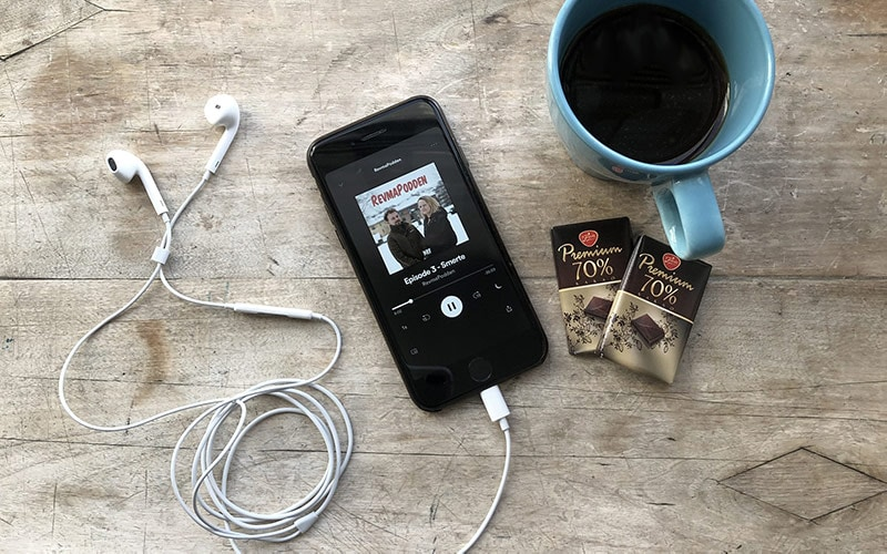 Podcast über Smartphone beim Kaffee